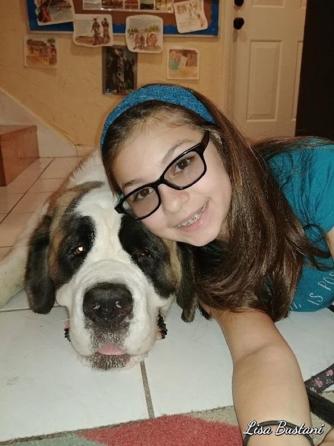 chien d'assistance et petite fille malvoyante