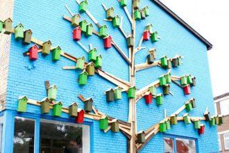 Un artista instaló 3500 casas para pájaros en las calles